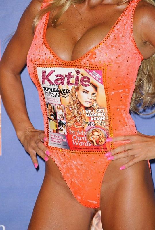 Blonďatá kráska propaguje svůj časopis vskutku originálně.