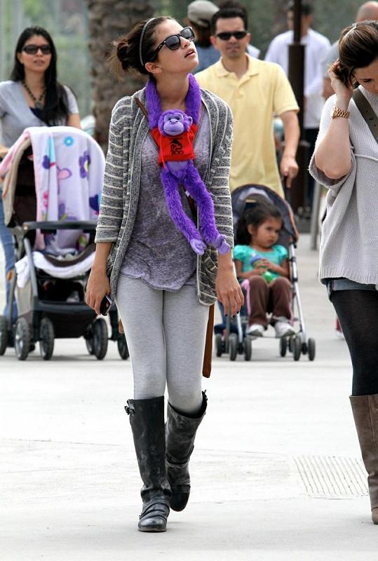 Selena Gomez si na prohlídku zoo vzala i vhodné módní doplňsky.