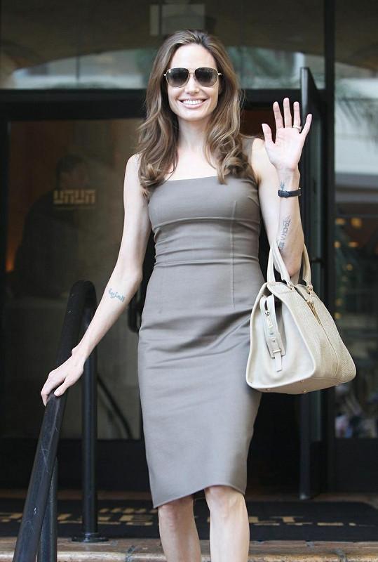 Zasnoubená Angelina Jolie vypadá šťastně.