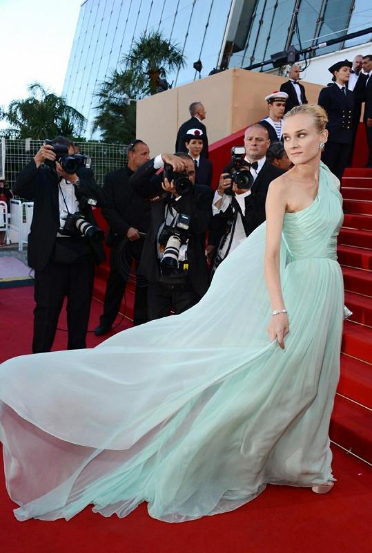 Herečka odstartovala filmový festival v elegantních couture róbě v barvě vody od Giambattisty Valli. Úchvatná hedvábná vlečka na rameni efektně vlála. Blond vlasy stažené do drdolu povedeně korespondovaly se stylem šatů, stejně tak jako šperky Judith Leiber Streamline a matné psaníčko Lucite.