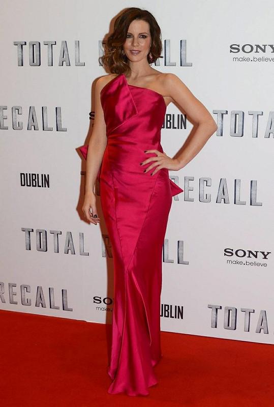 Kate Beckinsale to na premiéře v Dublinu velmi slušelo.