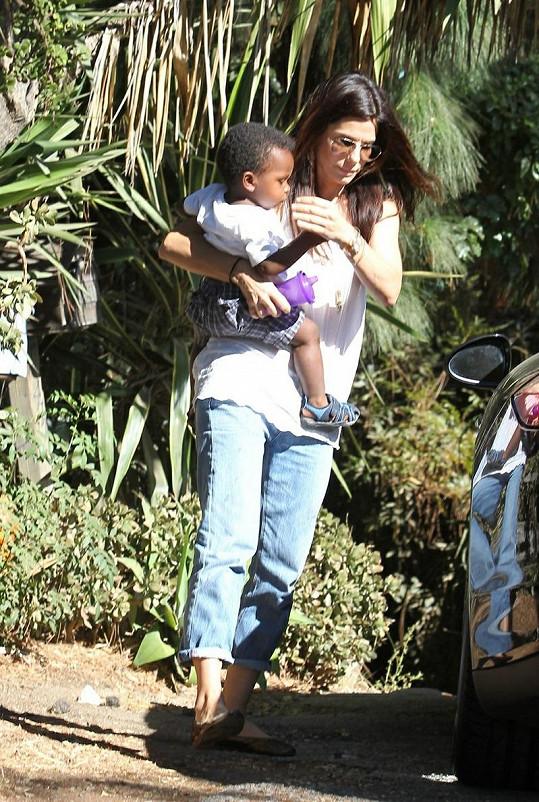 Sandra Bullock se synem Louisem na návštěvě u přátel.