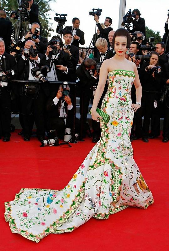 Čínská herečka Fan Bingbing vzdala hold tradici. Jako elegantní labuť se snesla na rudý koberec před festivalový palác v skvostných šatech posetých výšivkami s čínskými motivy od Christophera Bu. Zelené akcenty na šatech byly doplněny šperky Chopard a zelenozlatým psaníčkem Elie Saab.