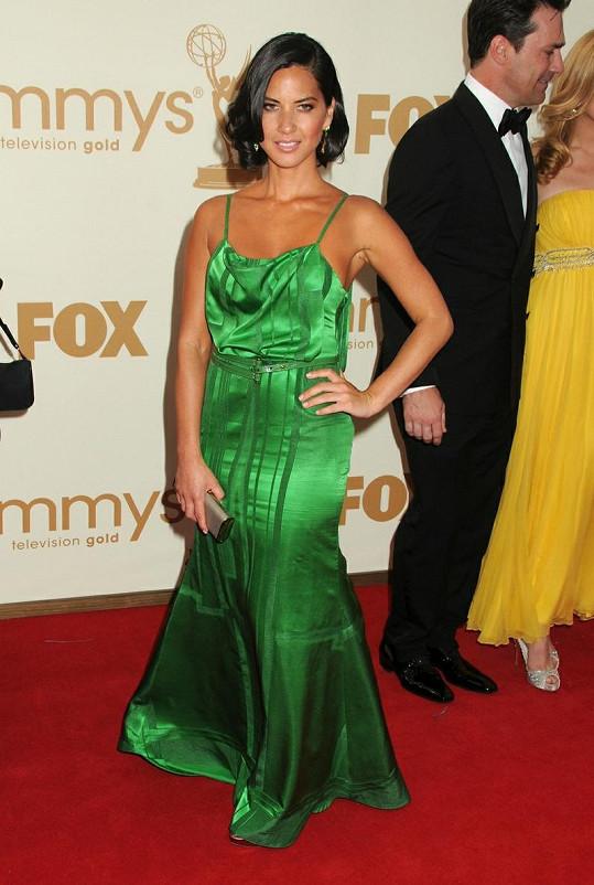 Jinak štíhlá herečka Olivia Munn měla opticky pár kilo navrch kvůli lesklému materiálu.