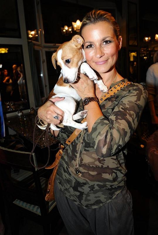 Monika se svým psím miláčkem.