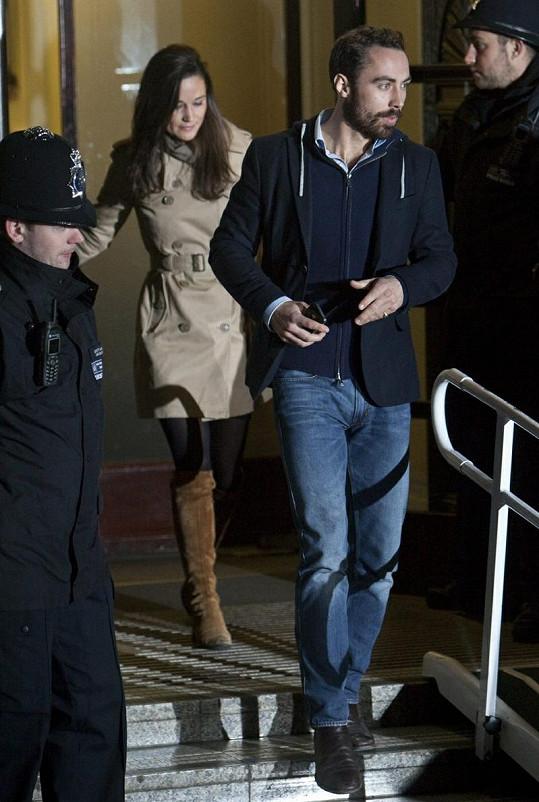 James a Pippa opouštějí nemocnici Krále Edwarda VII. v Londýně.