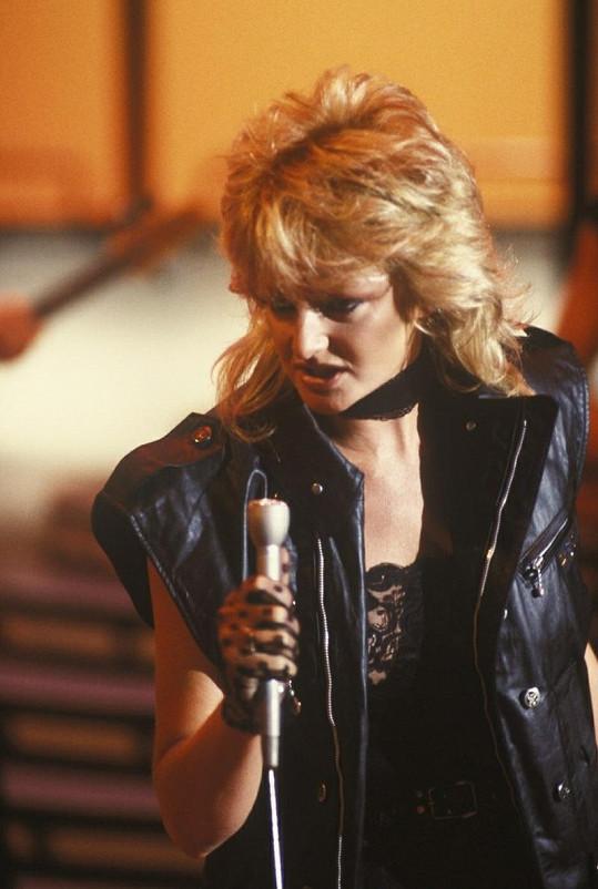 Oblíbenou zpěvačku charakterizuje její chraplavý hlas.