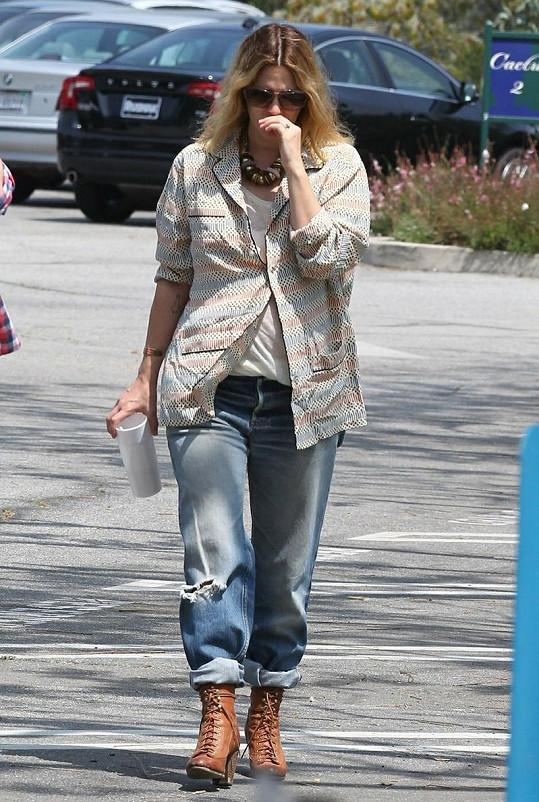 Drew Barrymore se své těhotenství snaží schovávat.