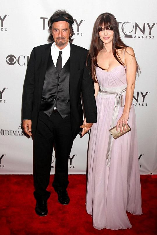 Mladě vypadající sedmdesátník Pacino s přítelkyní Lucilou Solo.