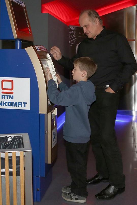 Kocáb s vnukem, který už v pohodě vybírá tátovi peníze z bankomatu.