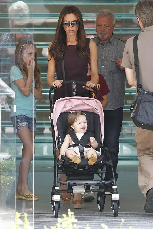 Victoria jen výjimečně odkládá svou dcerku do kočárku.