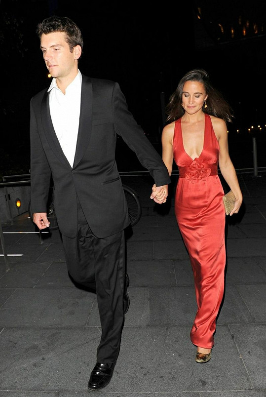 Pippa Middleton a Alex Loudon přicházejí na ples.
