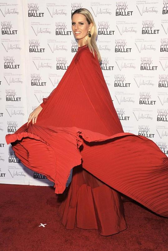 Karolína si oblékla sytě červenou róbu.