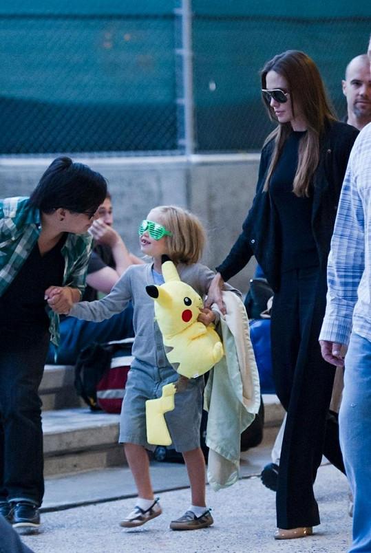 Angelina a Shiloh na letišti v Los Angeles.