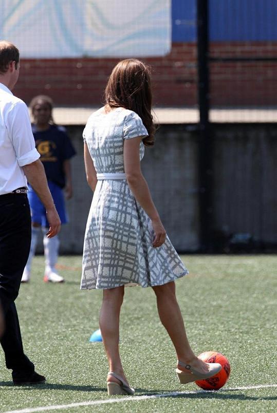 Kate výjimečně neobula lodičky s vysokými podpatky, a tak si zkusila kopnout do míče.