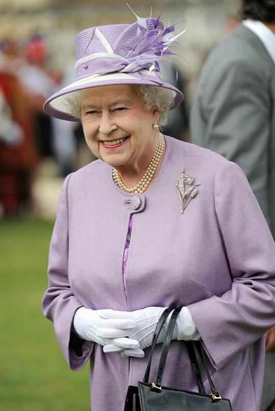 Královna Alžběta II. na zahradní slavnosti.