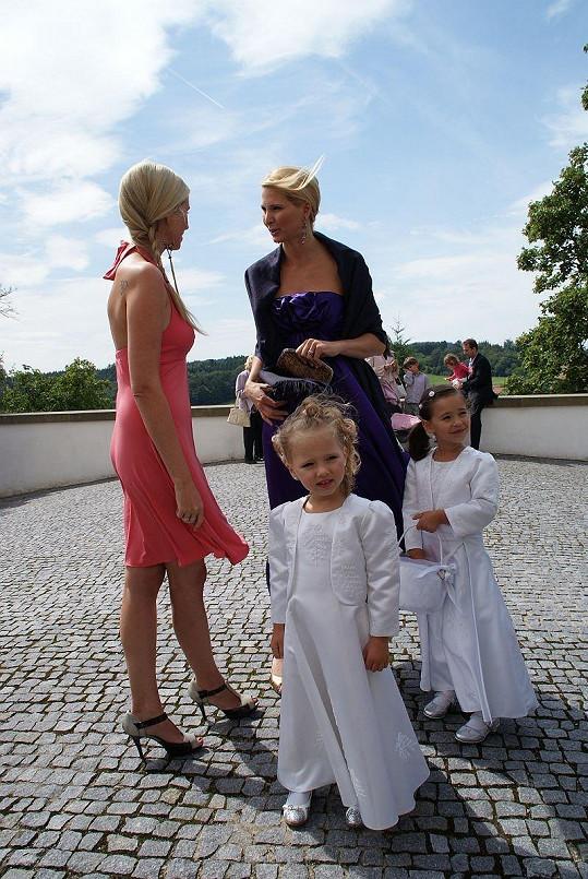 Ivana Gottová s dcerami před kostelem.