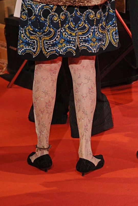 Pětaosmdesátiletá šlechtična na premiéru dorazila v květovaných punčocháčích.