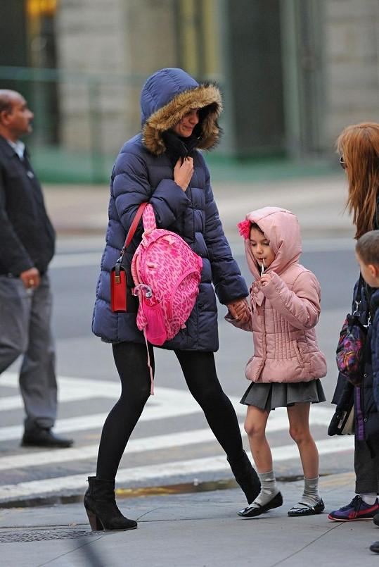 Katie Holmes odváděla Suri ze školy.
