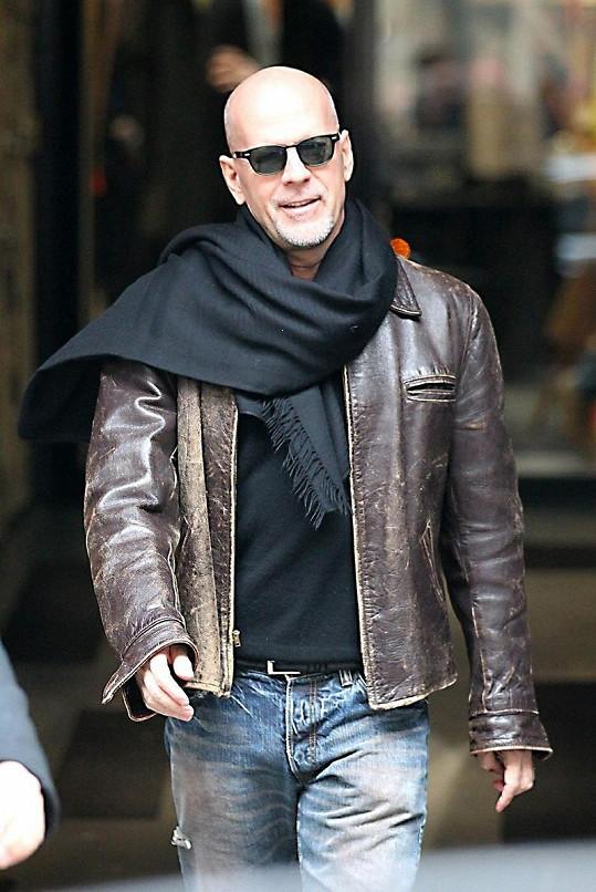 V Maďarsku se o Bruce Willise perou místní luxusní společnice.