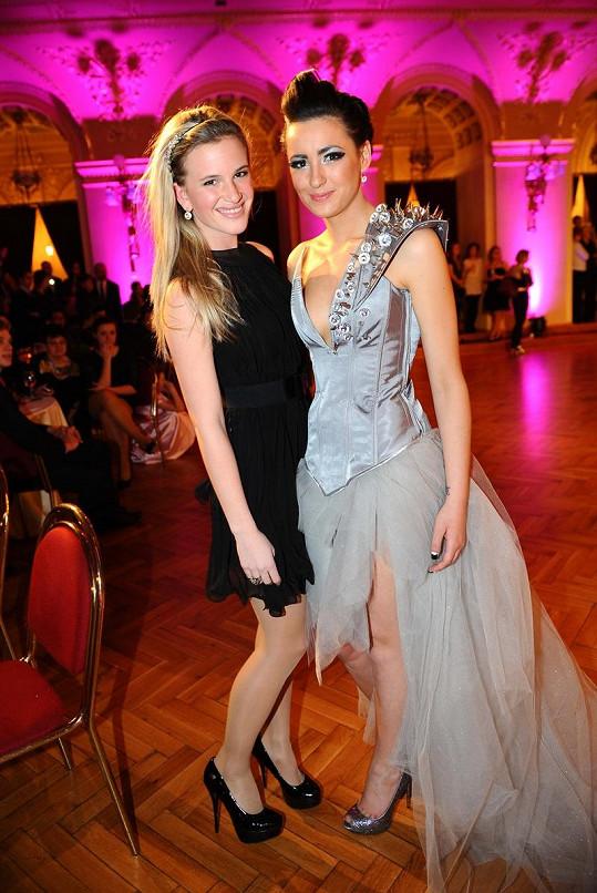 Dominika přišla na maturitní ples podpořit kamarádku Soňu Novotnou, dceru baviče Petra Novotného.
