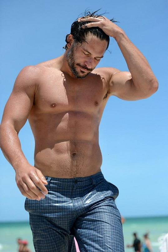 Herec byl na pláži středem pozornosti.