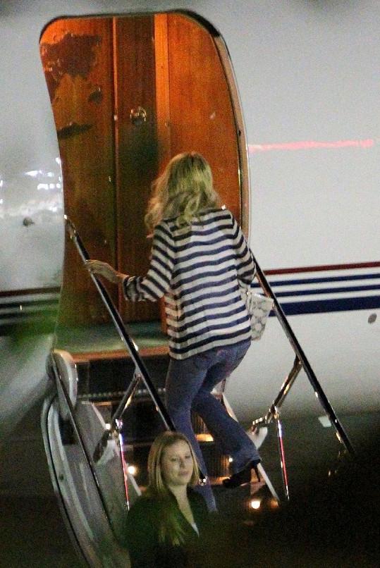 Pohodlně oblečená Paris nastupovala do letadla již obutá.