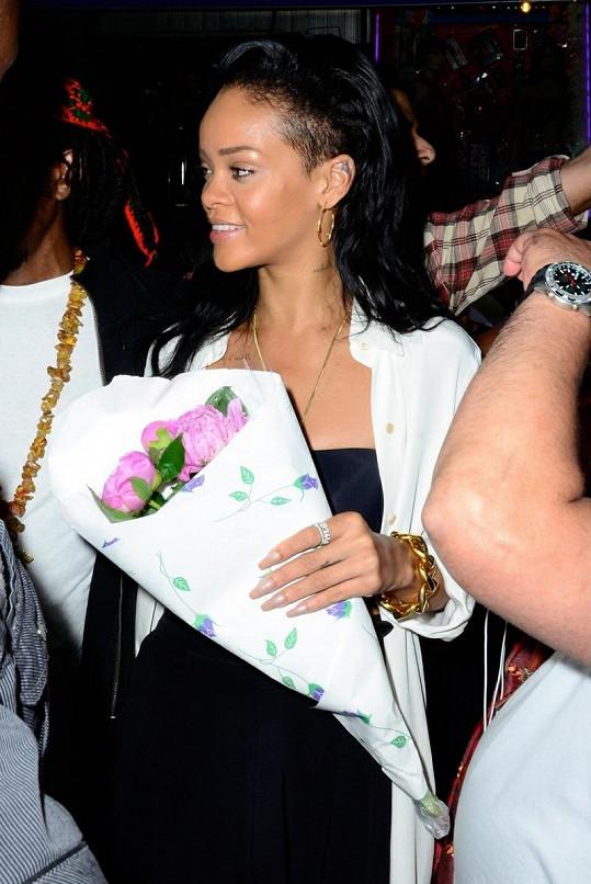 Rihanna mamince zakoupila kytici růží.