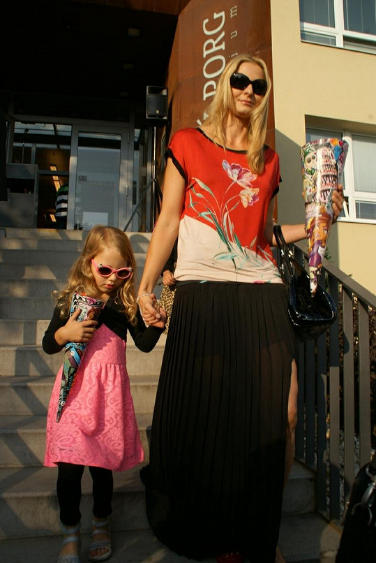 Ivana Gottová s dcerou Nelly. Nezbytný kornout se sladkostmi nesmí chybět.