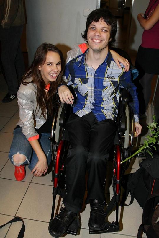 Míša s bratrem, který je upoután na invalidní vozík.