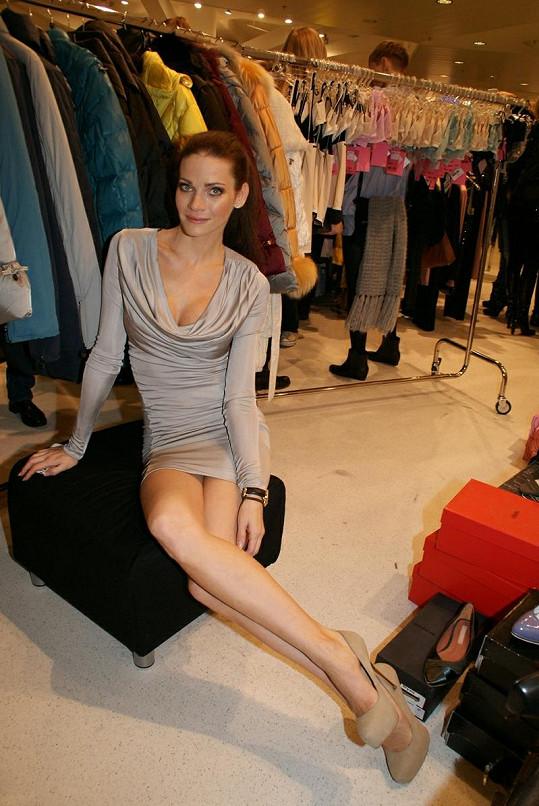 Andrea má nádherně štíhlé sexy nohy, a tak si může dovolit nosit minisukně.