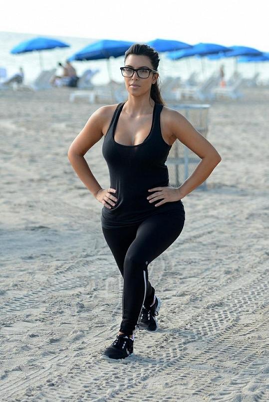 Kim Kardashian během spokojeného vztahu s Kanyem přibrala, teď se snaží pilně cvičit.