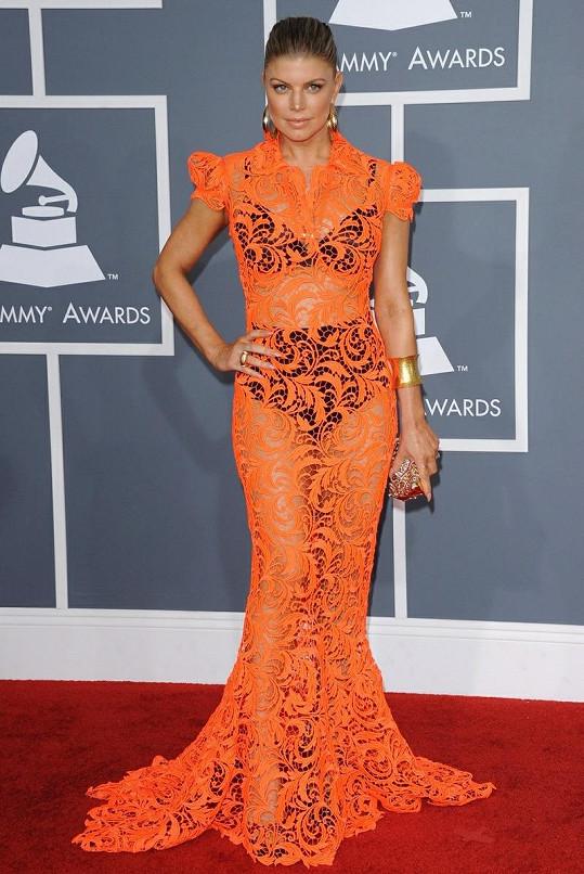 Fergie popřela spekulace o svém těhotenství, když si oblékla Haute Couture róbu z oranžové aranžované krajky Jean Paul Gaultiera ve střihu mořské panny, pod kterou oblékla kontrastující černé bikiny.