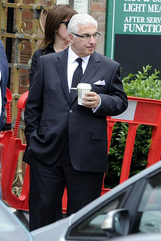 Otec Mitch na pohřbu Amy Winehouse.