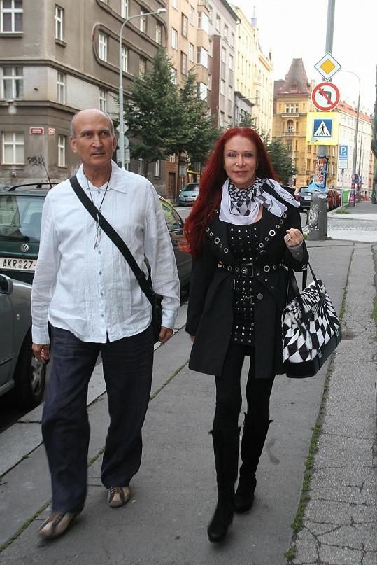 Blanka přichází na otvírací party s manželem Makramem.