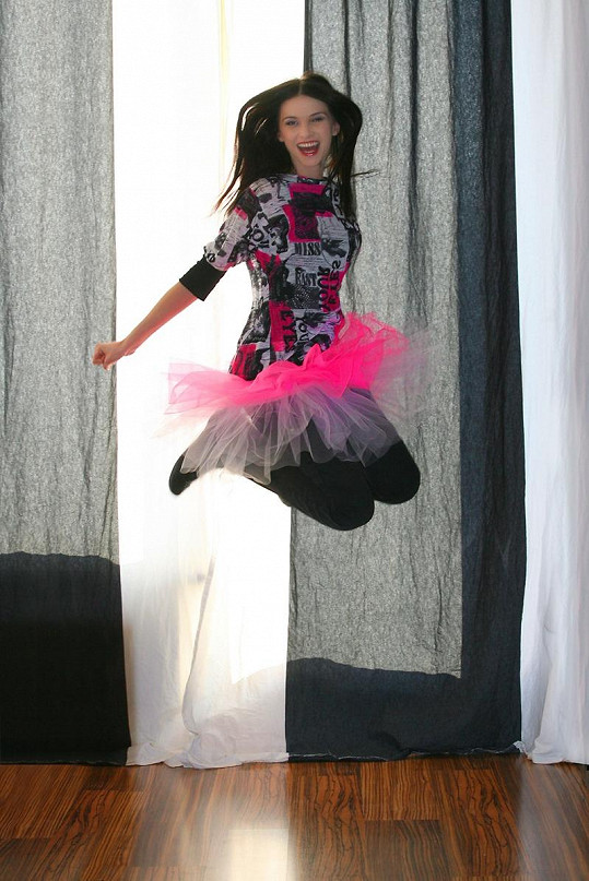 Takhle vysoko skáče Iva, když má radost.