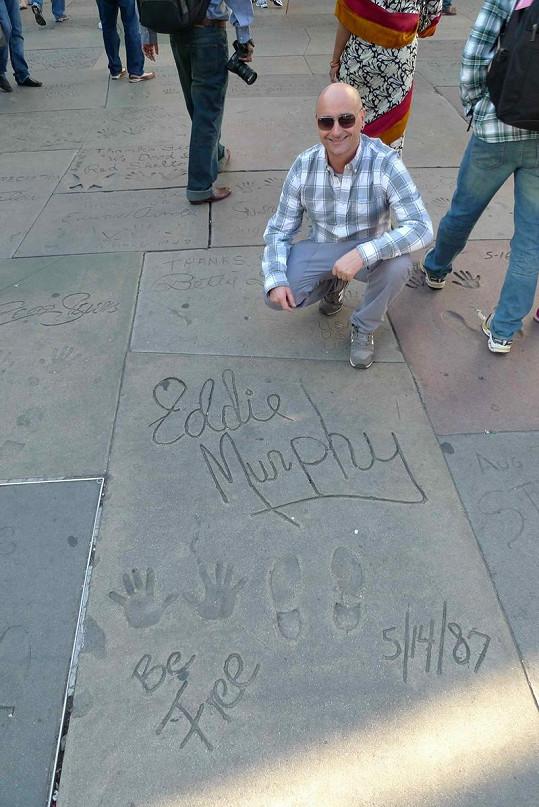 Michael na hollywoodském bulváru před slavným Čínským divadlem.