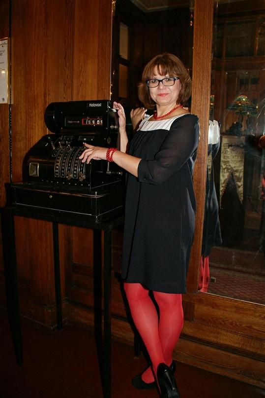 Ivana Andrlová zapózovala s retro pokladnou.