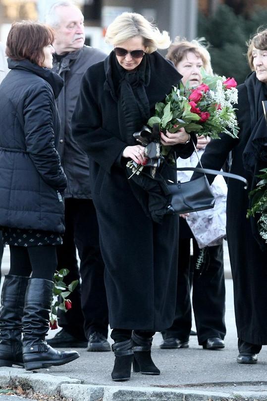 Helena Vondráčková při příchodu na pohřeb tatínka.