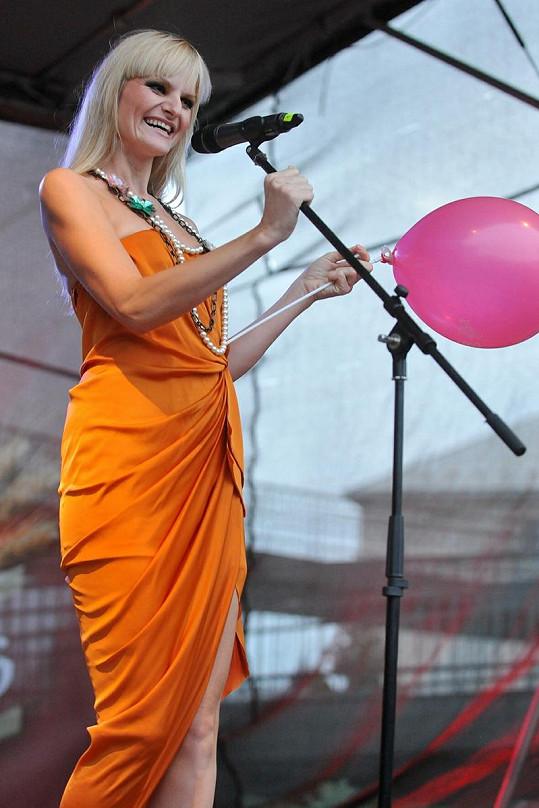 Iva Pazderková vypadala v oranžových šatech opravdu kouzelně.