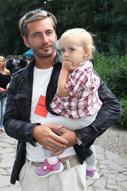 Petr Vondráček s dcerou Aničkou.