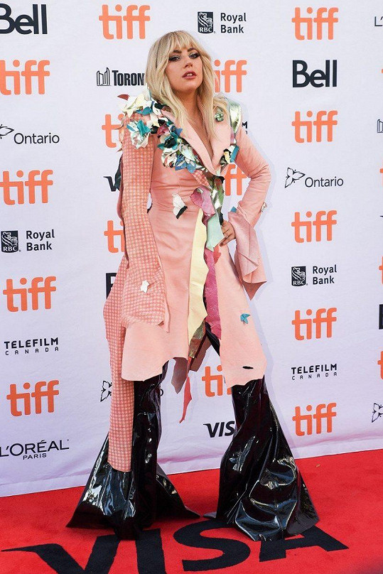 Teď už nikdo nepřehlédnutelnou blondýnku v růžovém kabátku a PVC nohavicích z hlavy nevyžene.