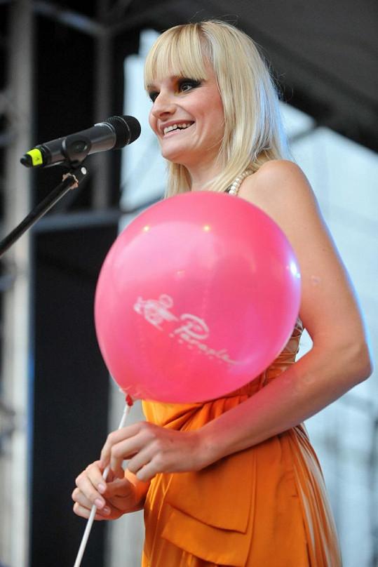 Blbá blondýna bavila diváky na pivním festivalu.