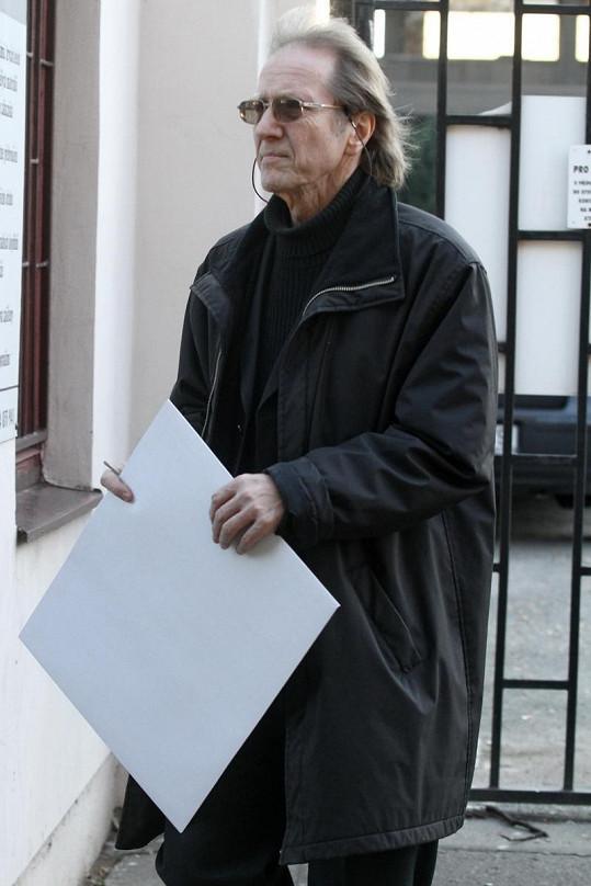 Jiří Vondráček při příchodu k Obřadní síňi.