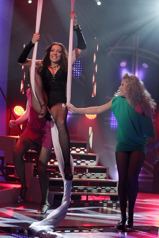 Olga Lounová při akrobatickém vystoupení.