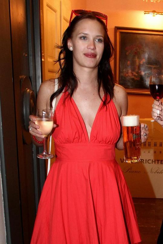 Kristýna Leichtová by chtěla zhubnout, ale pivo si neodepřela.