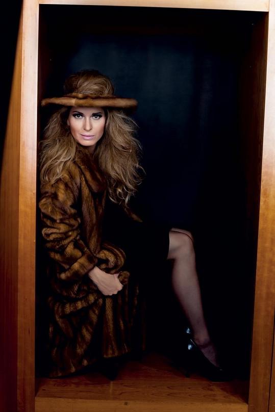 Mezelová nafotila kolekci klobouků Libky Sarf skládající se z klasických klobouků zdobených kožešinou, kožešinových kremp a čelenek.