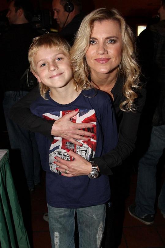 Zpěvačka se synem Arturem, když byl ještě malý kluk.