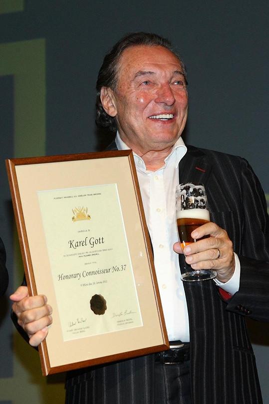 Karel Gott s oceněním.