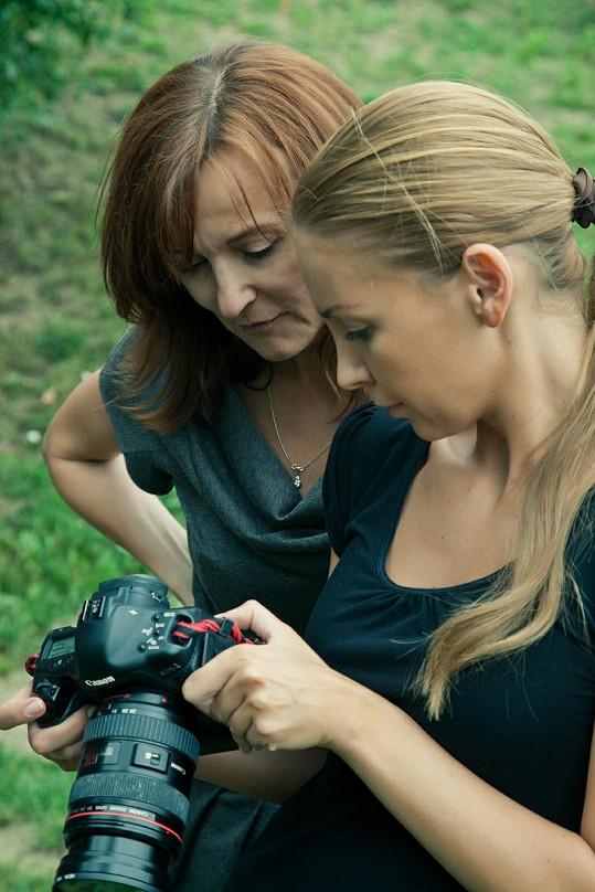 Návrhářka Beata Rajská kontroluje hrubé snímky ve foťáku Pety Ficové.